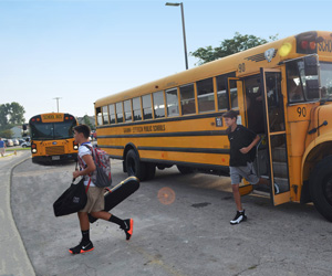 Students getting off bus a MSS.